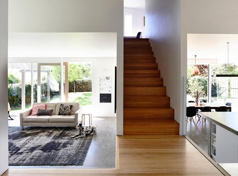 Белоснежный дизайн частного дома с панорамными окнами