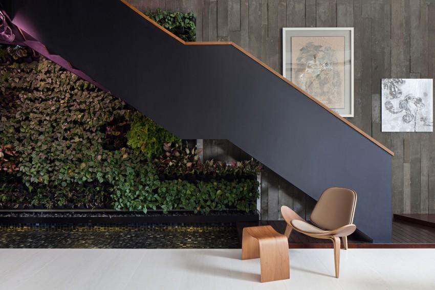 Стена из растений возле лестницы