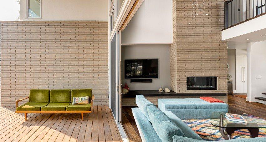 Интерьер гостиной с выходом на задний двор