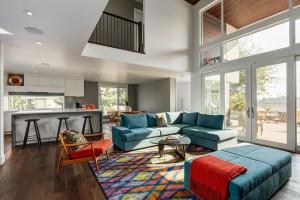 Просторное и светлое помещение современной гостиной