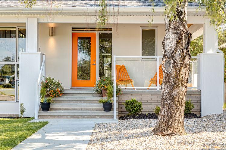 Апельсиновый цвет для двери и садовой мебели