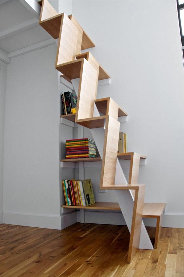 Книжные полки под ступенями
