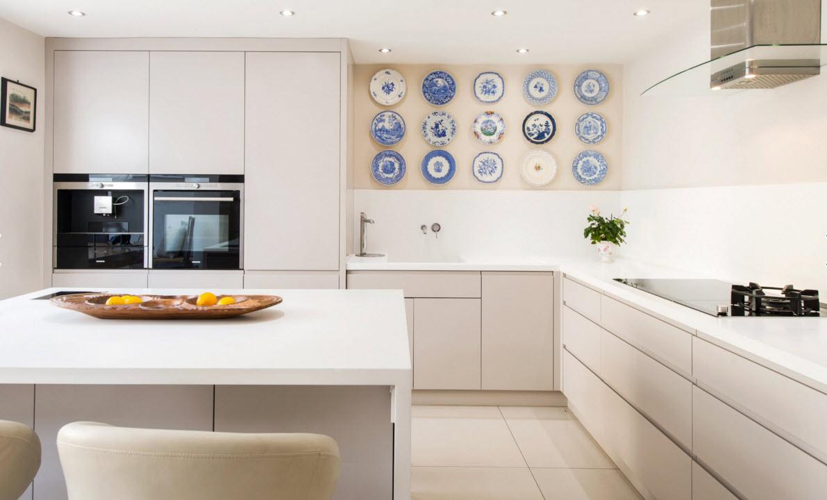 Тарелки в кухонном помещении