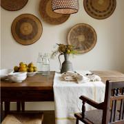Оформление стен с помощью декоративных тарелок