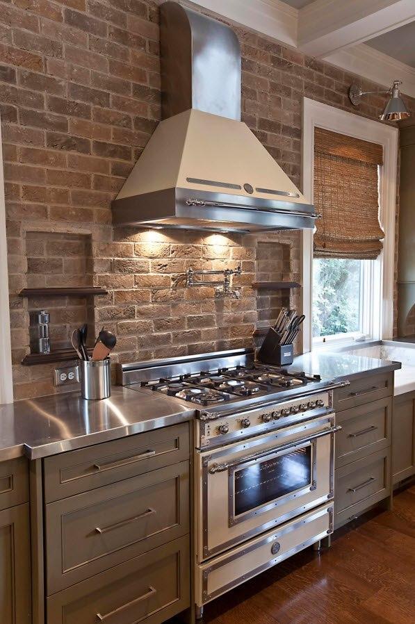 Сочетание цвета кирпича и кухонных фасадов