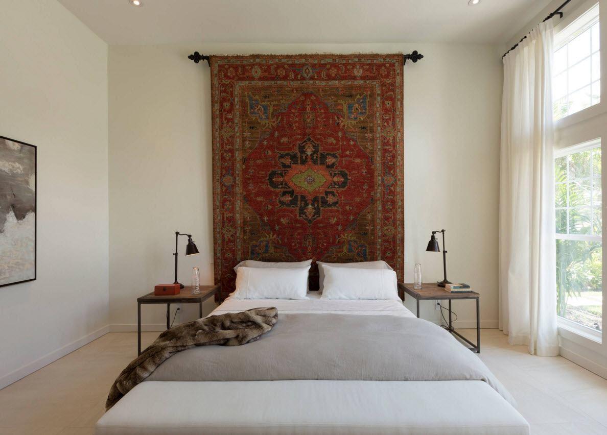 Старинный гобелен в современной спальне