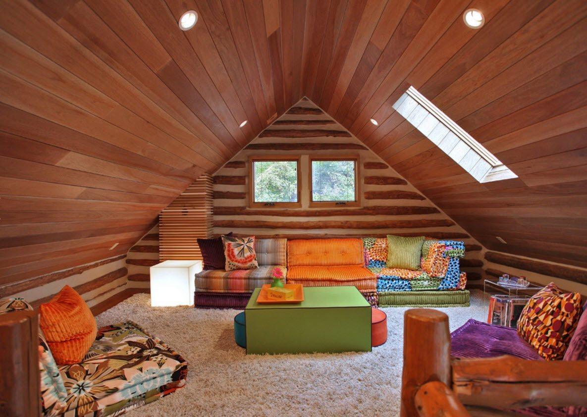 Деревянная отделка и яркая мебель