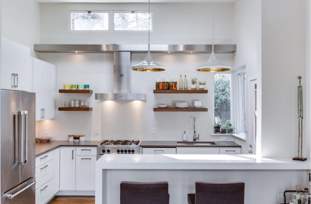 Светлая кухня с угловой компоновкой