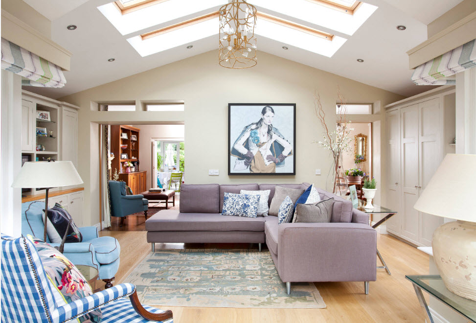 Угловой диван в центре комнаты