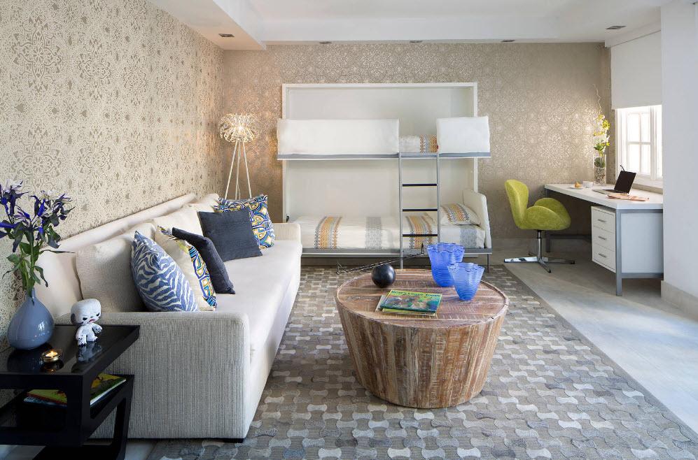 Большой диван у стены