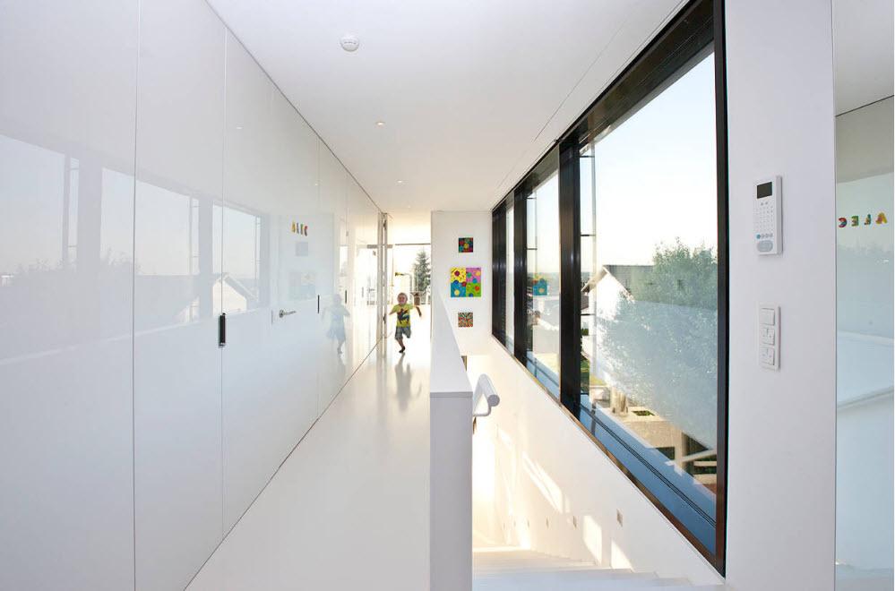 Белоснежные системы хранения в коридоре