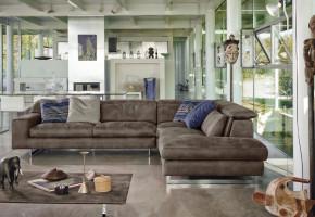 Угловой диван в интерьере современной гостиной