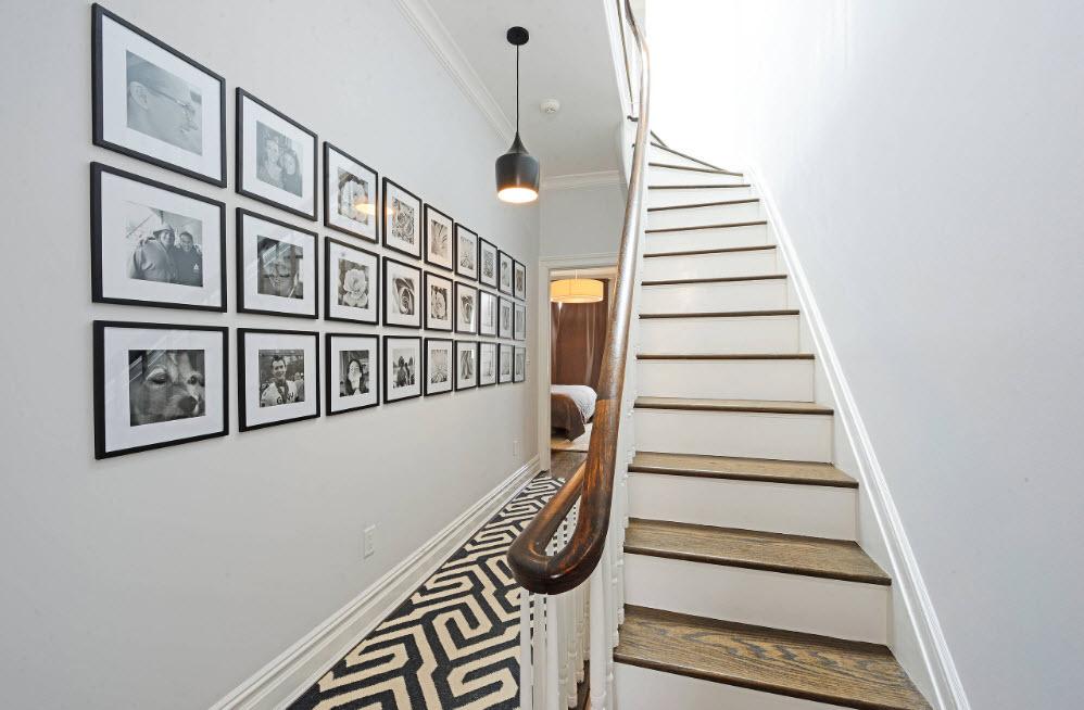 Галерея возле лестницы
