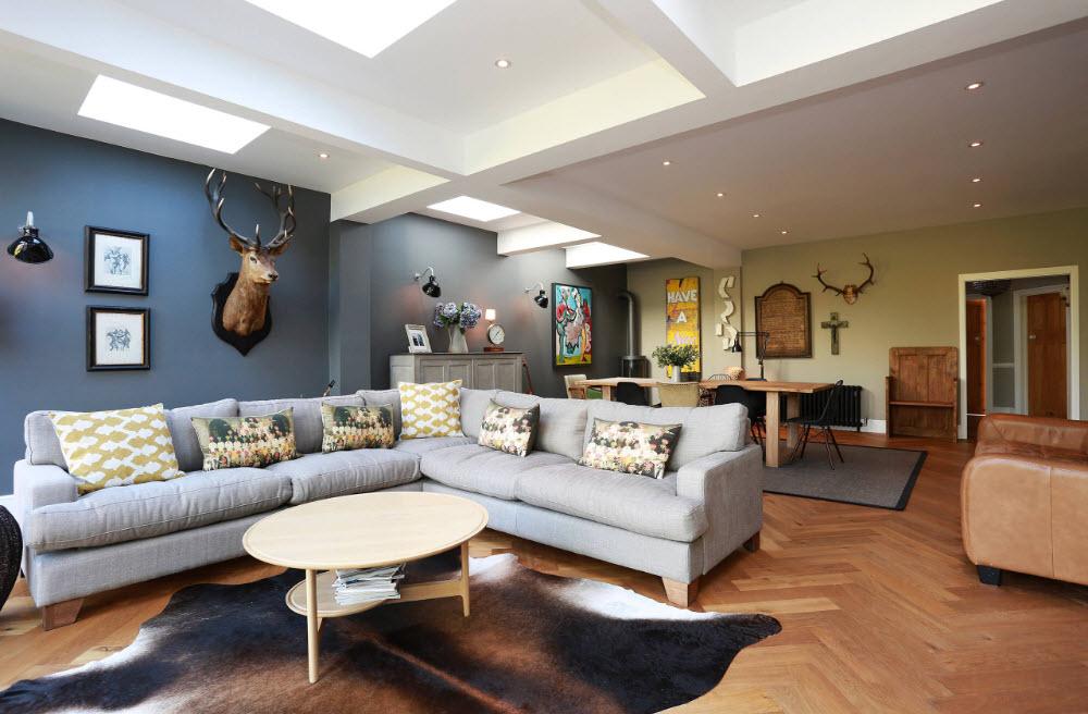 Вместительный светлый диван
