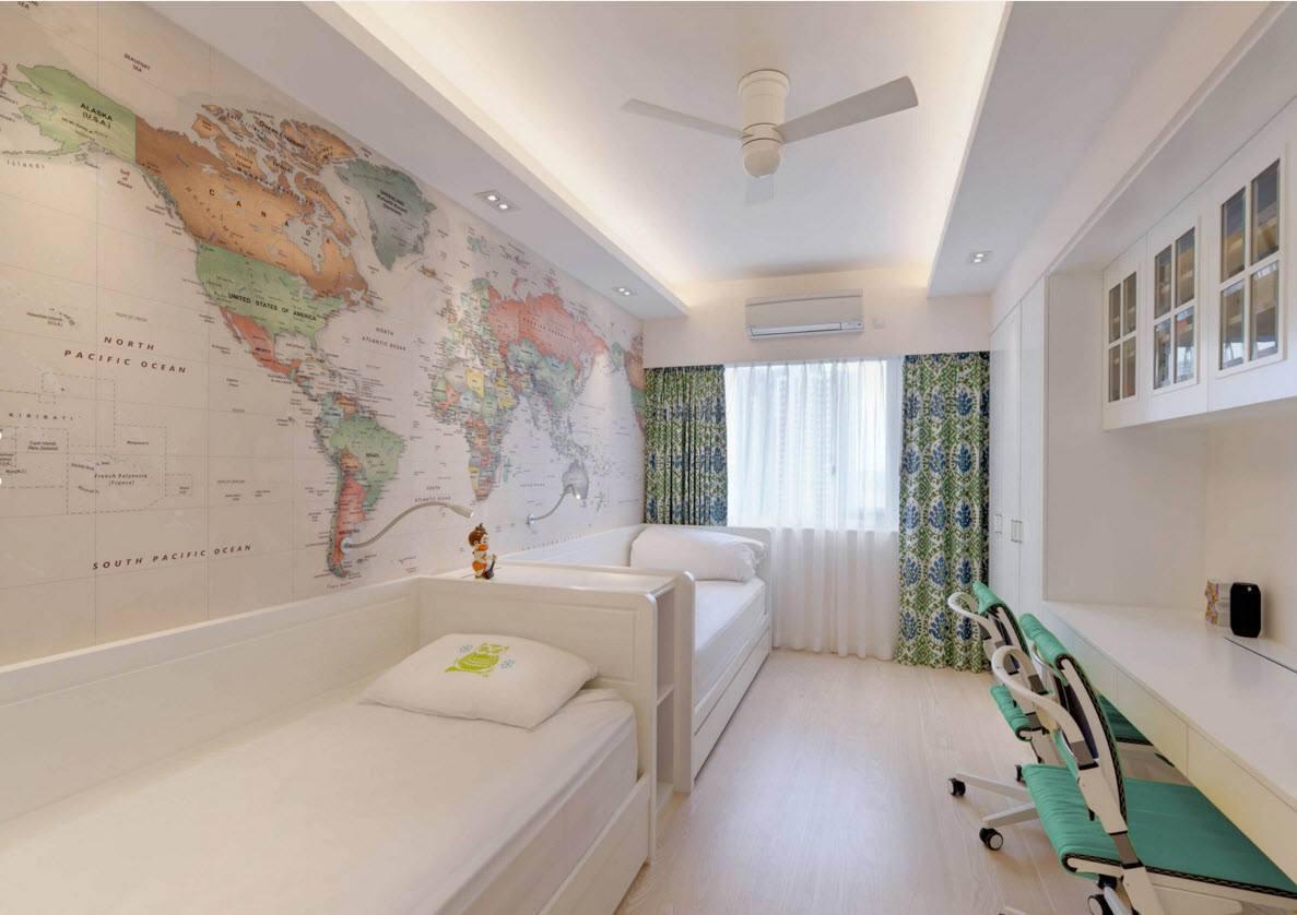 Светлая комната с картой