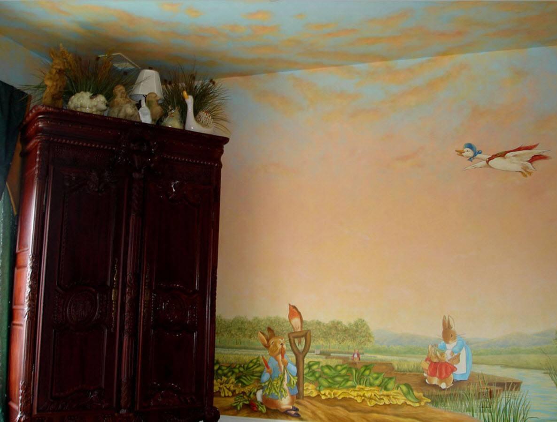 Рисунок стен переходит на потолок