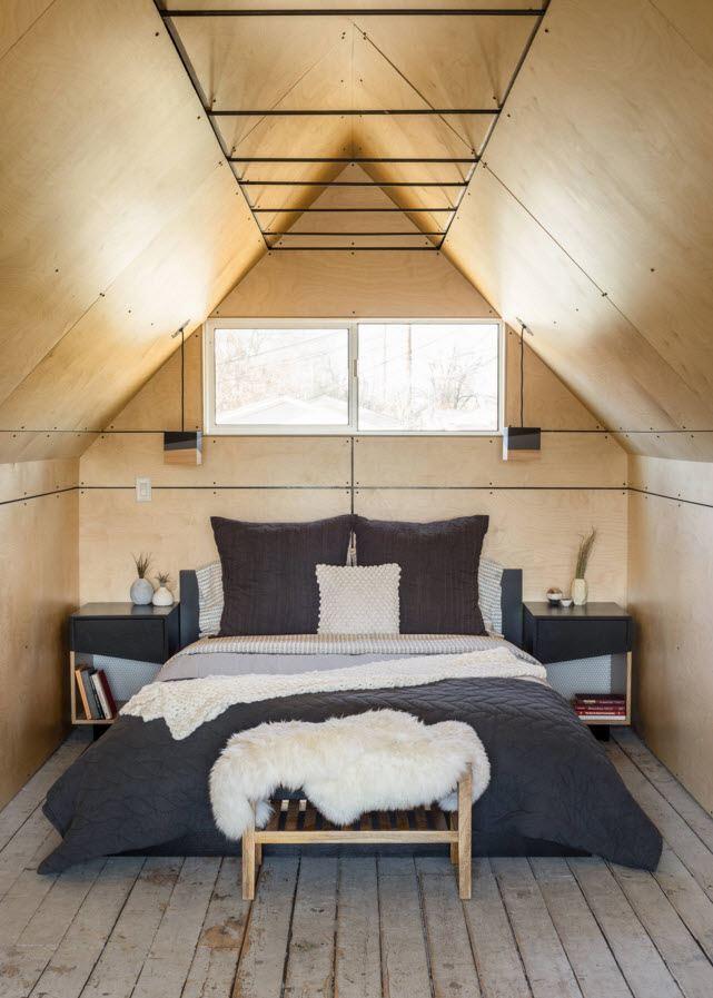 Спальня в маленьком мансардном помещении