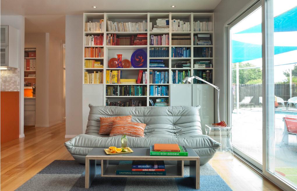 Книжный стеллаж для небольшой гостиной