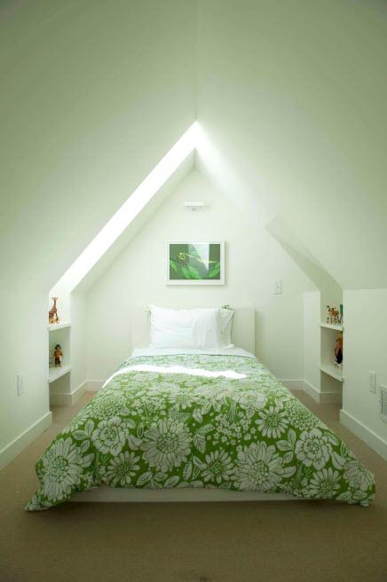 Пестрый принт в белой спальне
