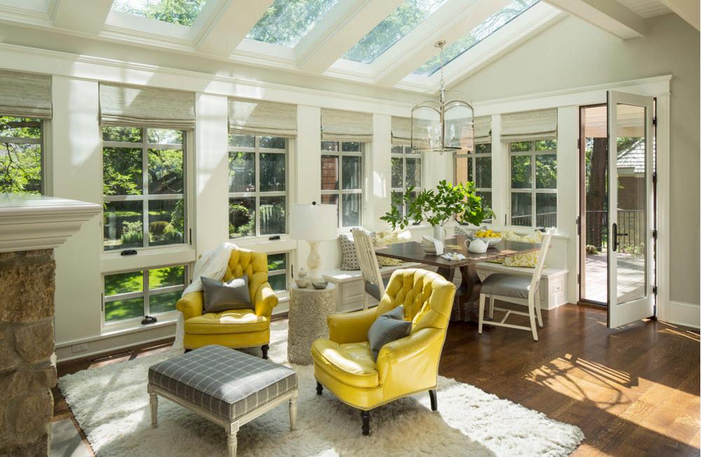 Столовая-гостиная с яркой мебелью