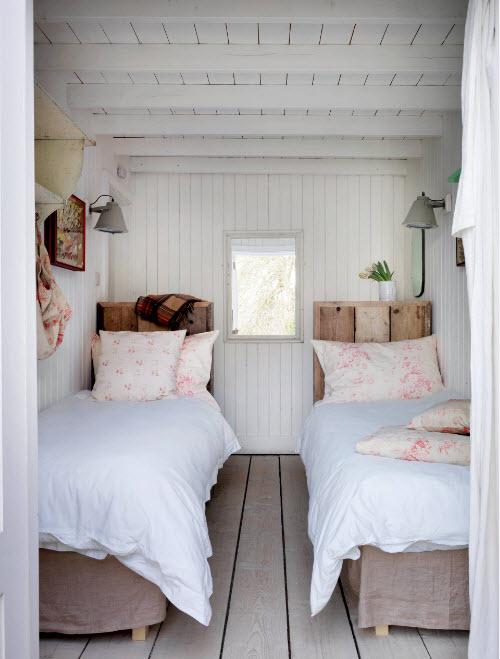 Две кровати в маленькой комнате