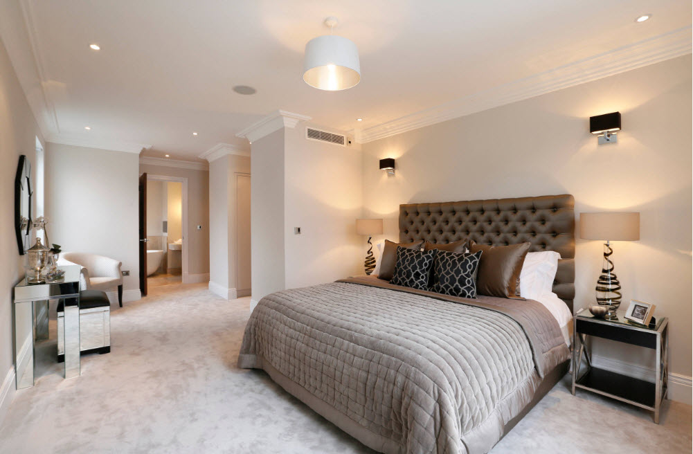 Просторная спальня с роскошной мебелью