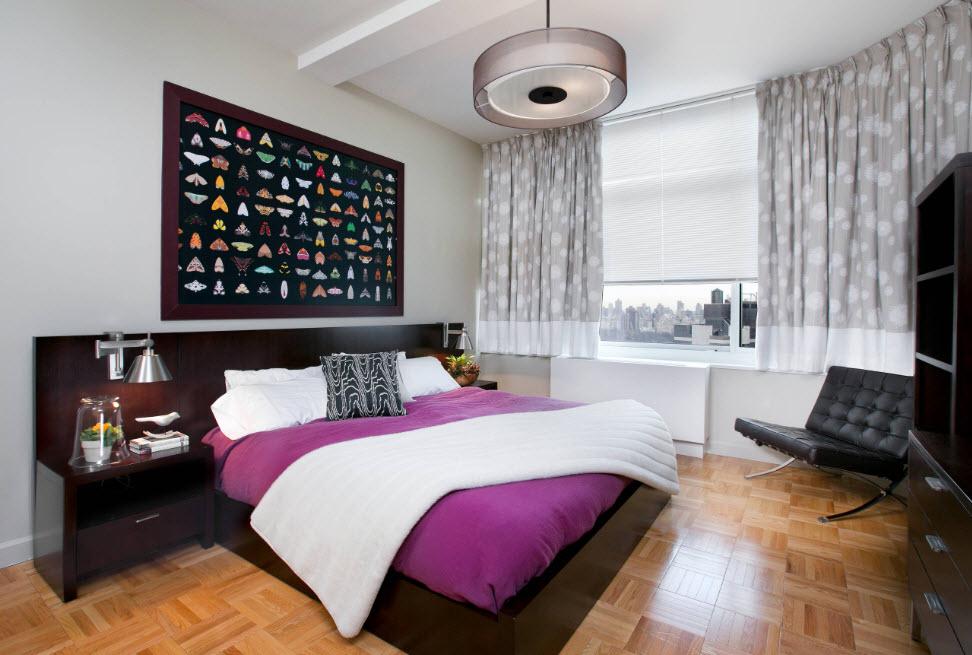 Спальня с яркой картиной