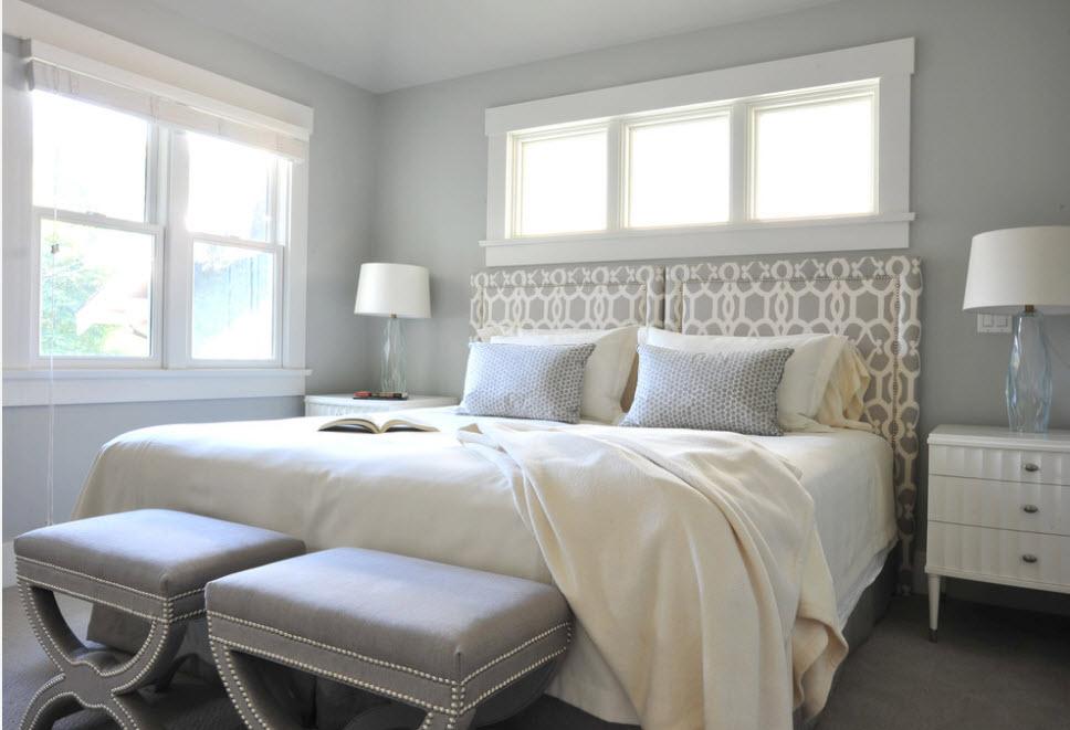 Кровать в спальне средних размеров