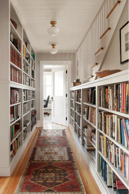 Книжные стеллажи в коридоре