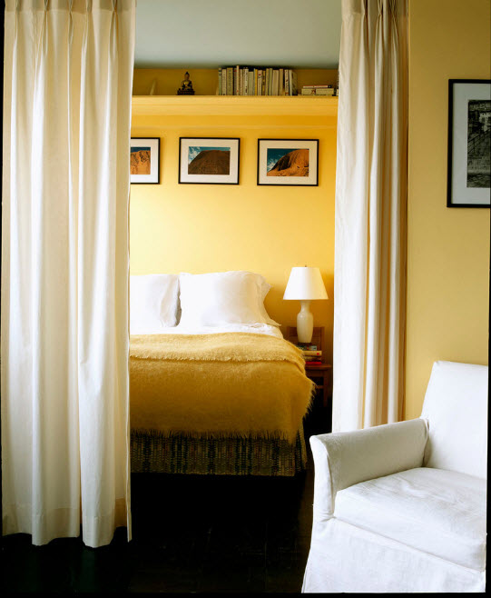 Спрячем спальню за шторой