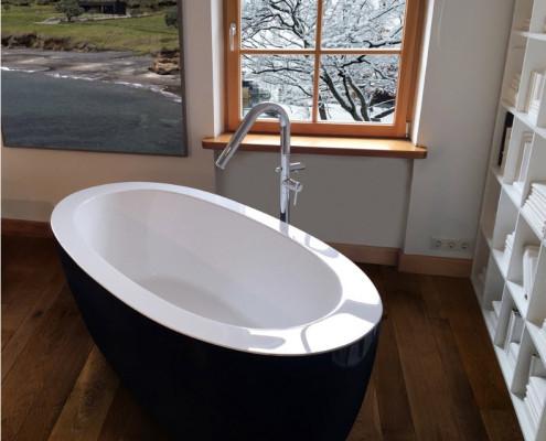 Белоснежная ванна с черным основанием