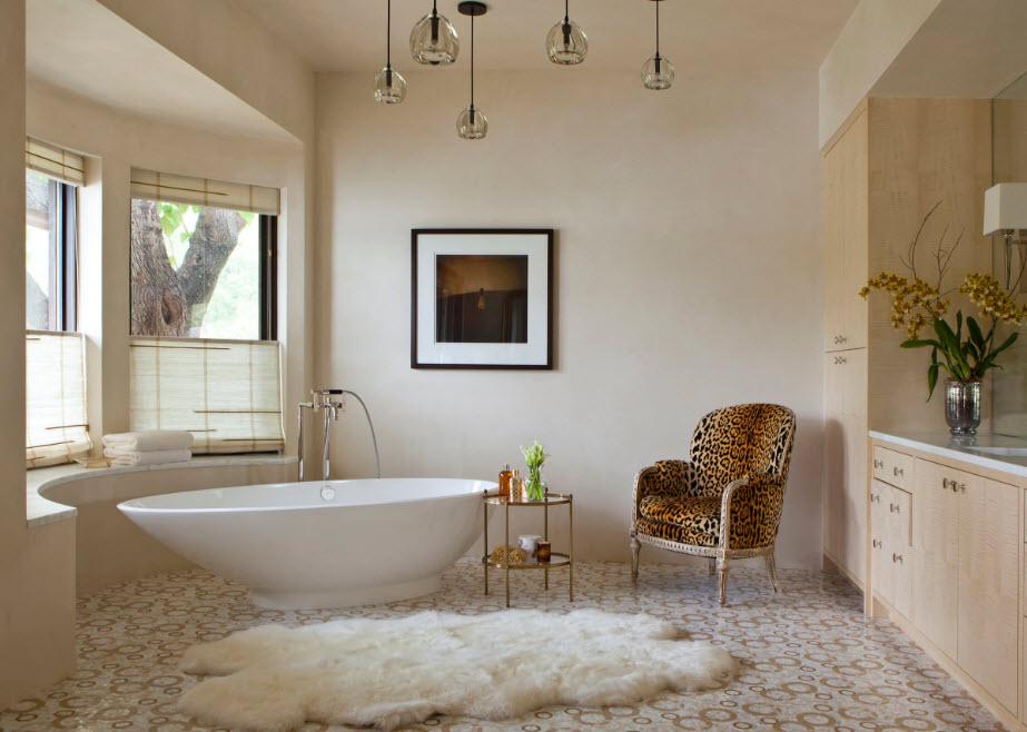 Оригинальная сантехника в просторной ванной