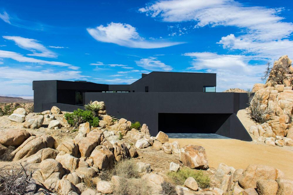 Черное строение на песчаном фоне