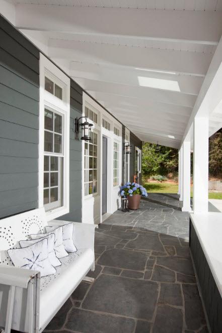 Бело-серый дизайн террасы