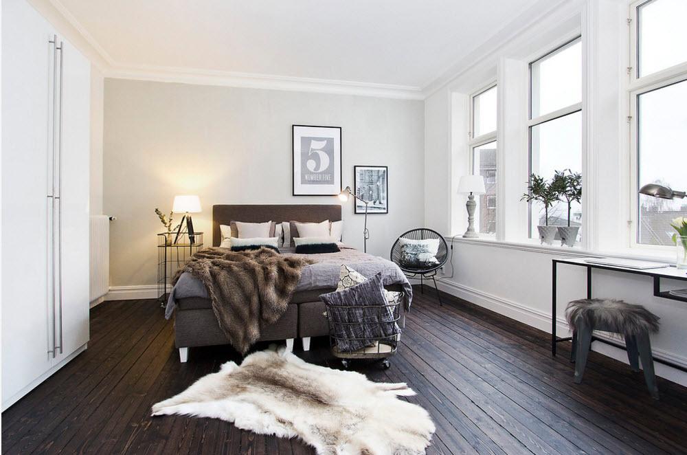Просторная спальня с меховым декором