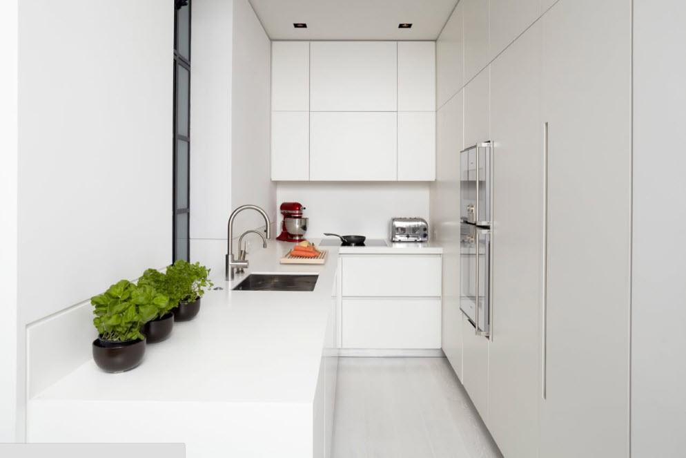 Белоснежная глянцевая кухня