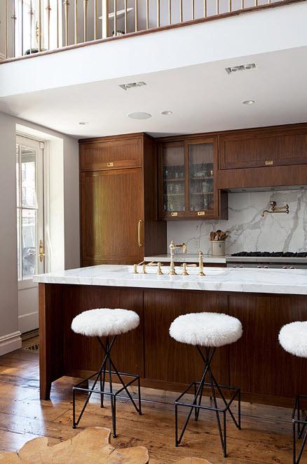 В кухне с темной мебелью
