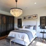 Люстра в интерьере спальни – функциональный декор