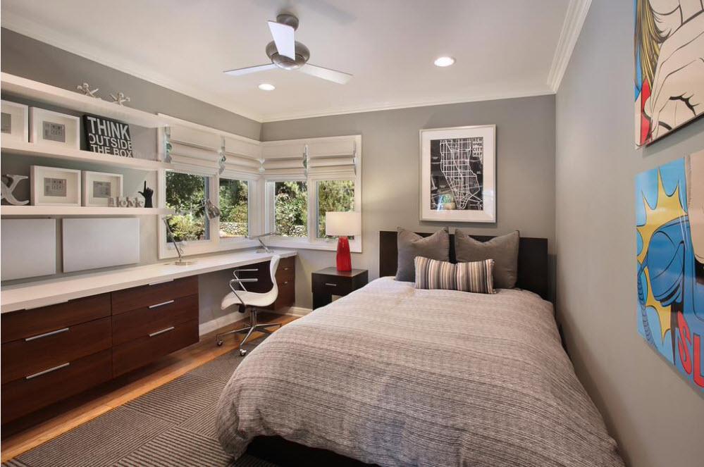 В комнате с серыми стенами