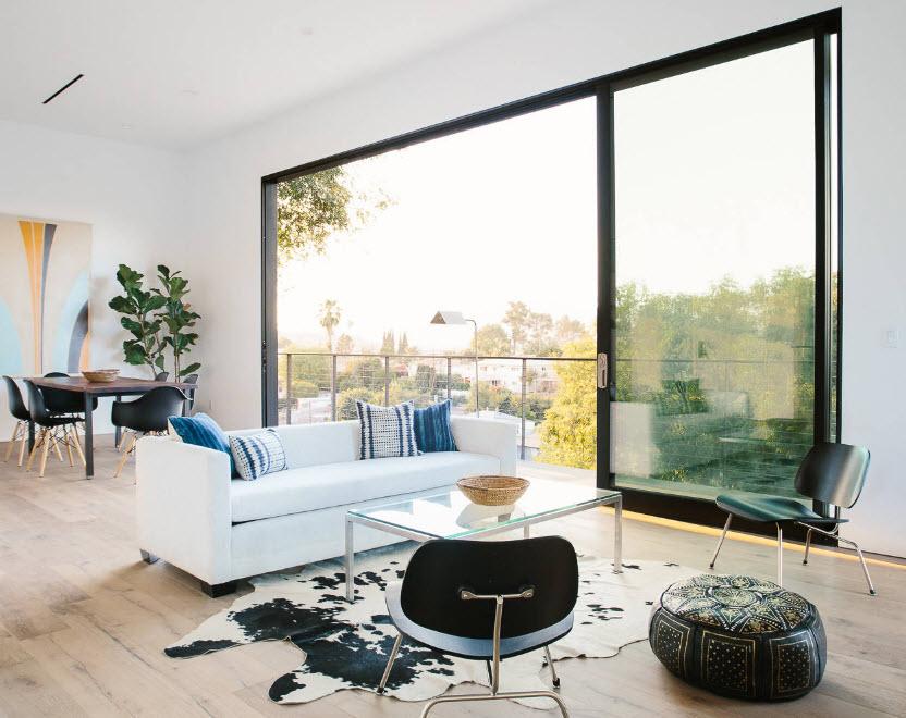 Светлое пространство с панорамными окнами