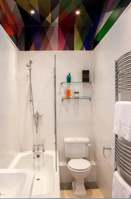 Ванная комната с ярким потолком