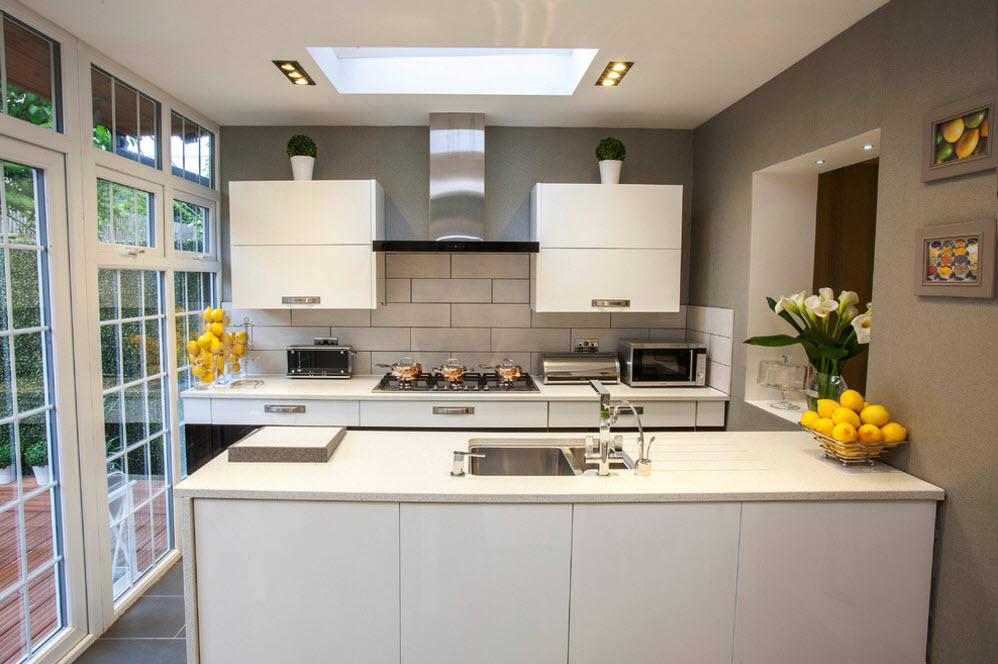 Гладкие фасады в небольшой кухне