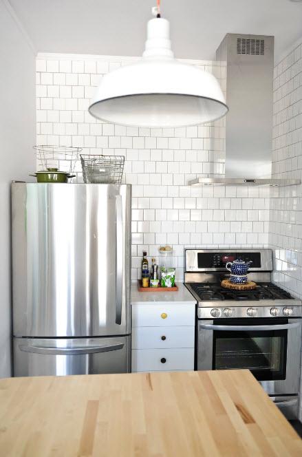 В маленьком кухонном помещении