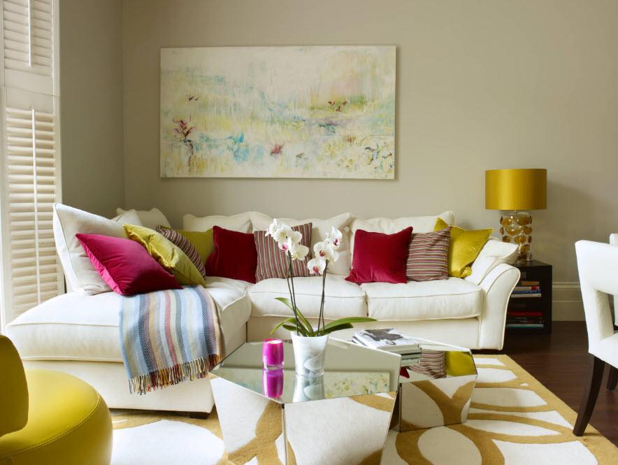 Светлый диван с яркими подушками