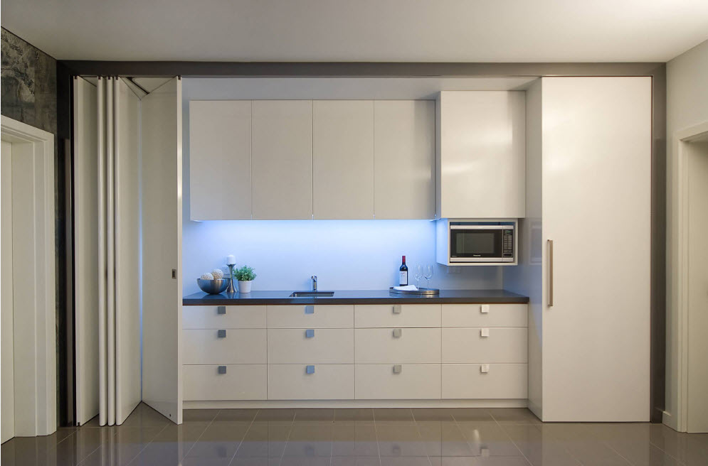 Кухонный сегмент за дверями