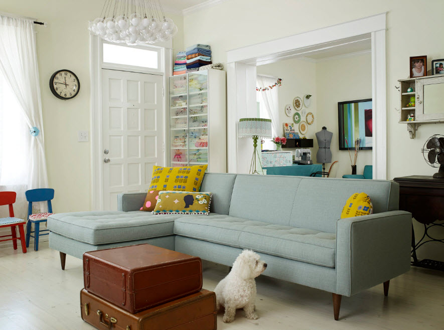 Серо-голубая обивка дивана