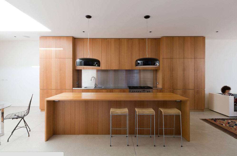 Кухонный сегмент в просторном помещении