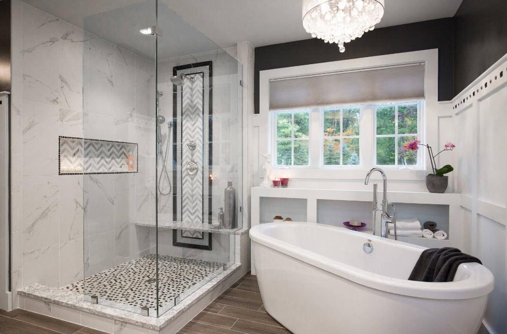 Люстра и тканевые шторы в ванной