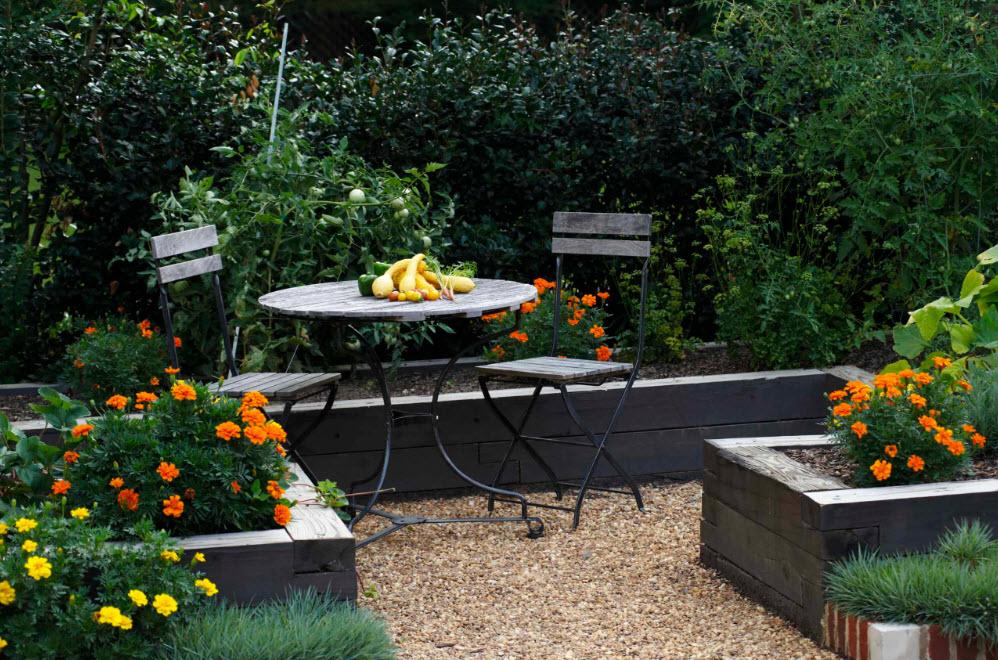 Зона отдыха с садовой мебелью