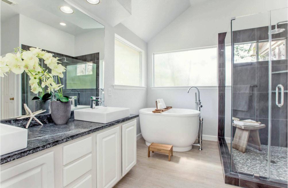 В светлой и просторной ванной комнате